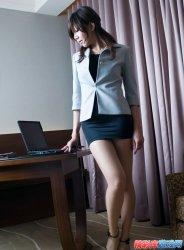 办公室里的制服美女SHOW美腿